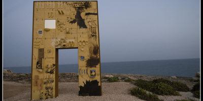 """""""Porta di Lampedusa - Porta d'Europa"""", opera di Domenico Paladino inaugurata nel 2008."""